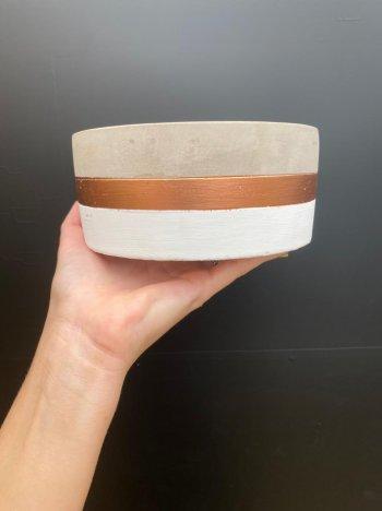Cachepo branco em cimento  branco e cobre