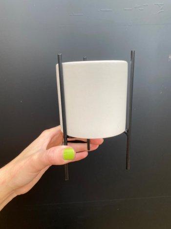 Cachepo branco c/suporte em metal